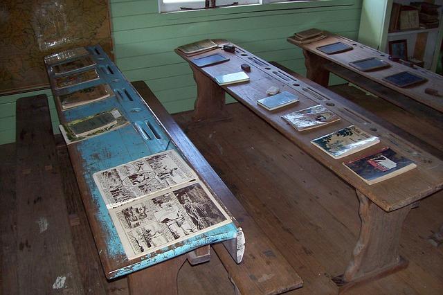 staré školní lavice