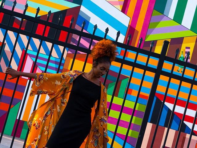 barevná umělecká stěna s černoškou v popředí