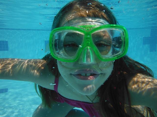 žena potápějící se v bazénu