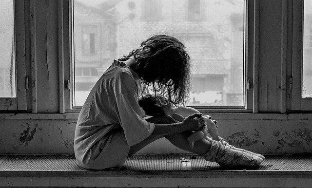 osamocená dívka