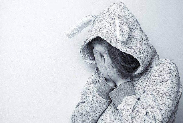 vyčerpaná mladá dívka s nechutí k práci