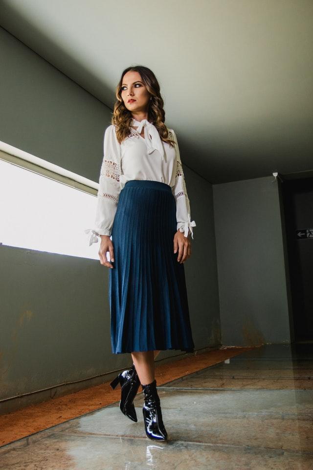 dívka oblečená v dlouhé plisované sukni