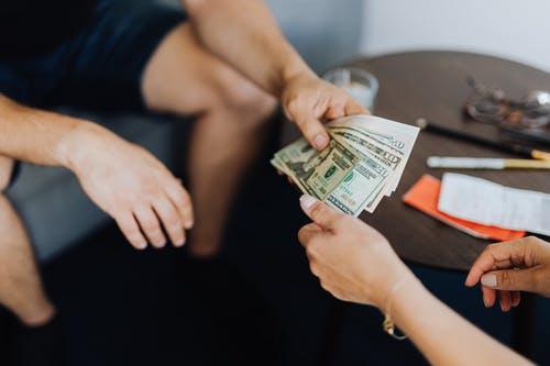 lidé si dávají peníz